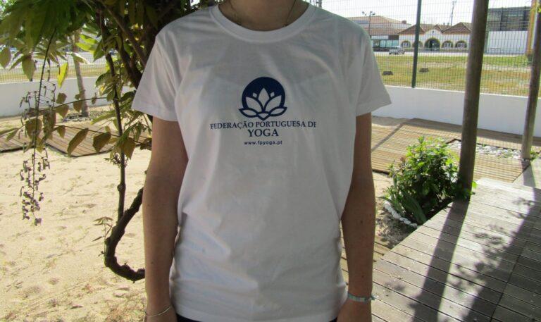 T-shirt com símbolo ao centro - 10,50€